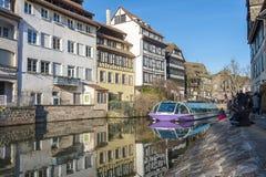 在史特拉斯堡运河的游船  免版税库存照片