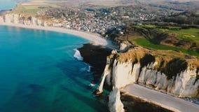 在史诗白色白垩峭壁海岸线显露的令人惊讶的天蓝色的海湾上的寄生虫摇摄在Etretat美丽的镇  股票视频