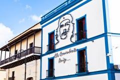 他在右边的卡马圭邮政办公室与伊廖齐Agramonte切・格瓦拉新生房子的图象  免版税库存图片