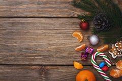 在右边的圣诞节装饰在木背景 免版税库存图片