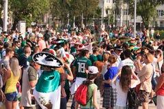 在叶卡捷琳堡街道上的墨西哥足球迷  图库摄影