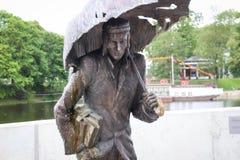 """在叶尔加瓦市,拉脱维亚雕刻喷泉""""学生"""" 免版税库存照片"""