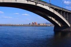 在叶尼塞和新的住宅区的桥梁 库存照片