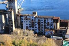 在叶尼塞的银行的被放弃的大厦在克拉斯诺亚尔斯克 库存照片