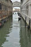 在叹气桥梁的长平底船  免版税库存图片