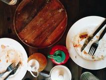 在吃以后的肮脏的盘 免版税库存图片