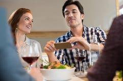 在吃前的食物照片 免版税库存照片