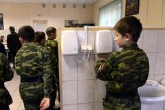 在吃前的洗涤的手在警察的军校学生军团的餐厅 图库摄影