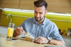在吃早餐的厨房唯一生活方式概念的学士人每日惯例 库存照片