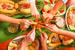 在吃被分类的食物的观点的人上,烤肉用土豆,甜蕃茄,沙拉,胡椒,油煎了大蕉 免版税库存图片