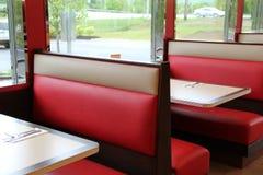 在吃饭的客人的五颜六色的皮革摊位子 库存照片
