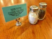在吃饭的客人的盐和胡椒罐 免版税库存照片