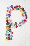 在各种各样的形状和颜色按钮字母表的P上写字  图库摄影