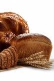 在各种各样的新鲜面包查出的。 免版税库存图片