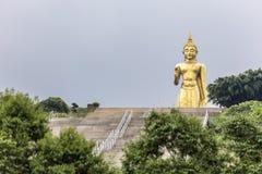 在合艾泰国的金黄一千个手观音工业区雕象 免版税库存图片