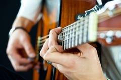 在吉他弹奏者的现有量的吉他 库存图片