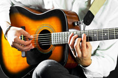 在吉他弹奏者的现有量的吉他 免版税库存照片