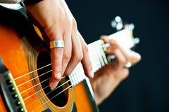 在吉他弹奏者的现有量的吉他 图库摄影