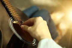 在吉他的音乐家戏剧 免版税图库摄影