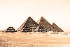 在吉萨棉谷,开罗,埃及的伟大的金字塔 库存图片
