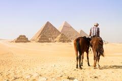 在吉萨棉谷,开罗,埃及的伟大的金字塔 库存照片