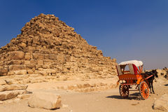 在吉萨棉金字塔,开罗的马推车在埃及 免版税库存照片