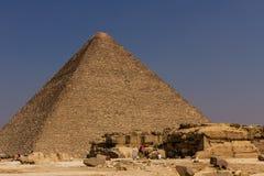 在吉萨棉金字塔,开罗的Cameleer在埃及 库存图片