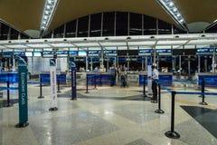 在吉隆坡国际机场的丝绸空气登记处柜台 免版税库存图片