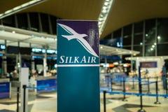 在吉隆坡国际机场的丝绸空气登记处柜台 免版税图库摄影