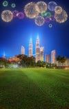 在吉隆坡地平线上都市风景的美丽的烟花  免版税库存图片