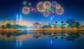 在吉隆坡地平线上都市风景的美丽的烟花  免版税库存照片