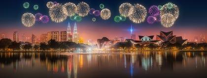 在吉隆坡地平线上都市风景的美丽的烟花  库存图片