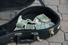 在吉他案件的技巧金钱 库存图片