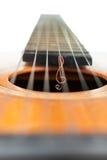 在吉他的串的高音谱号 免版税库存照片