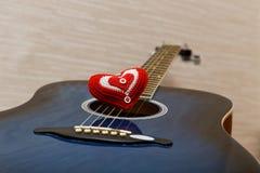 在吉他的红色心脏 免版税库存照片