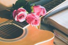 在吉他的罗斯花 免版税库存照片