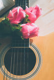 在吉他的罗斯花 库存图片