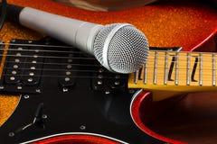 在吉他背景的话筒 音乐艺术概念 免版税库存照片