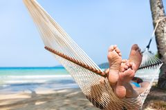 在吊床的愉快的夫妇家庭在热带天堂海滩,海岛假日 图库摄影