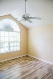 在吊扇下的新的硬木地板 库存图片