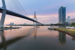 在吊桥位于曼谷泰国中央的Bhumibol桥梁的日落秀丽  库存照片