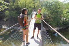 在吊桥的人为车行道的旅客旅行 活跃远足者 活跃和健康生活方式暑假 免版税库存图片