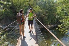 在吊桥的人为车行道的旅客旅行 活跃远足者 活跃和健康生活方式暑假 库存图片