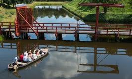 在吊桥附近的小船 库存照片