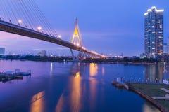 在吊桥Bhumibol桥梁曼谷泰国的日落秀丽  免版税库存照片