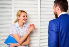 在同事之间的交谈 上司和工作者谈论工作计划 在工作场所的联系 友谊和个人 免版税图库摄影