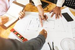 在同事之间的咨询,设计队检查图纸 库存图片