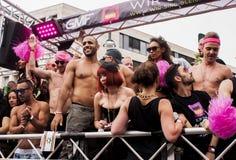 在同性恋自豪日游行期间的未认出的参加者 免版税库存照片
