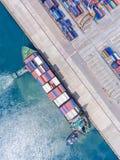 在后勤的进出口和的事务的集装箱船 由起重机, 免版税库存图片