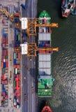在后勤的进出口和的事务的集装箱船 由起重机, 库存图片